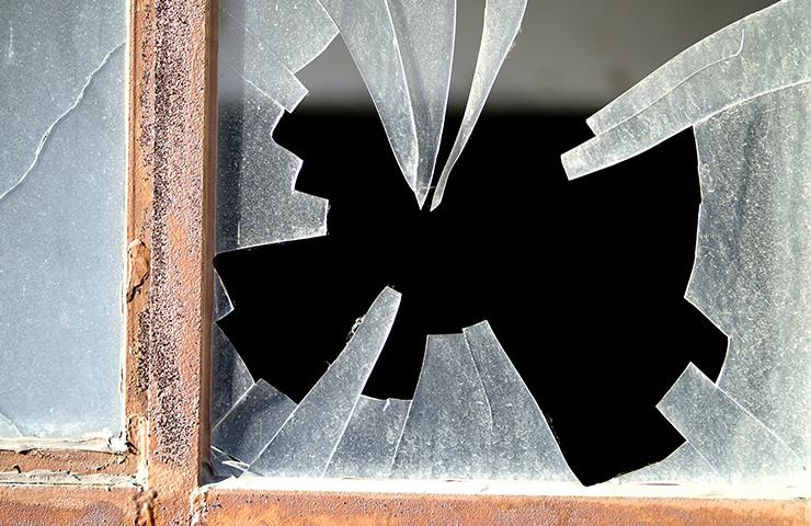割れた窓ガラスのイメージ
