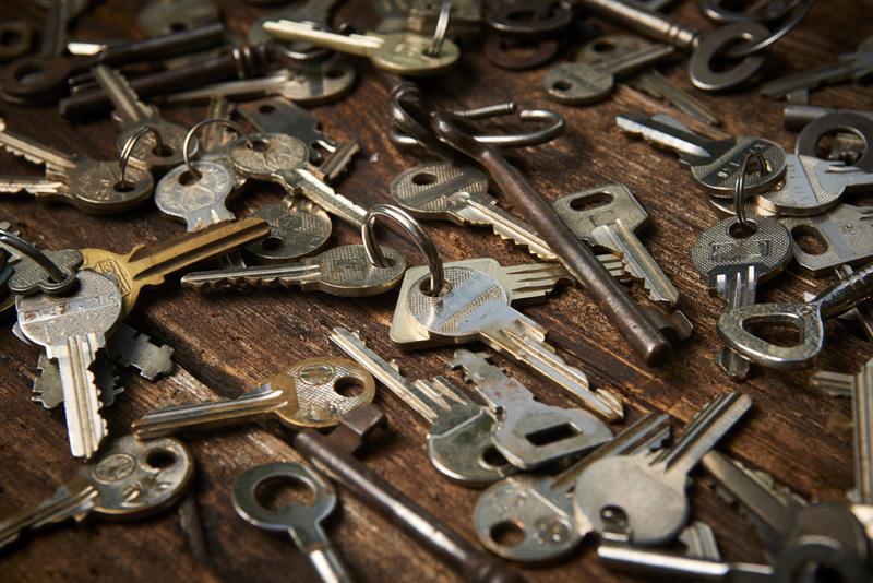 摩耗した沢山の鍵のイメージ